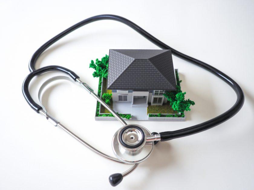 住宅の模型と聴診器