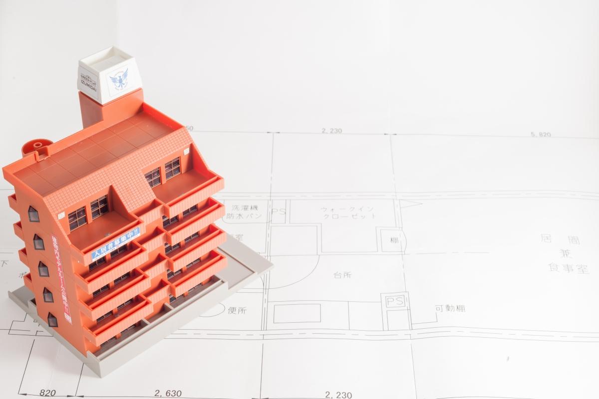 建物の設計図とマンションの模型