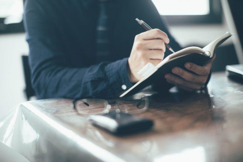 手帳を記入する手