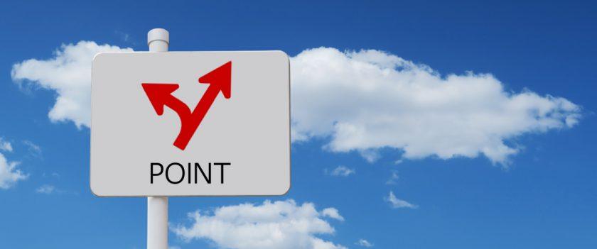 青空を背景にしたポイントの分かれ道を示す標識