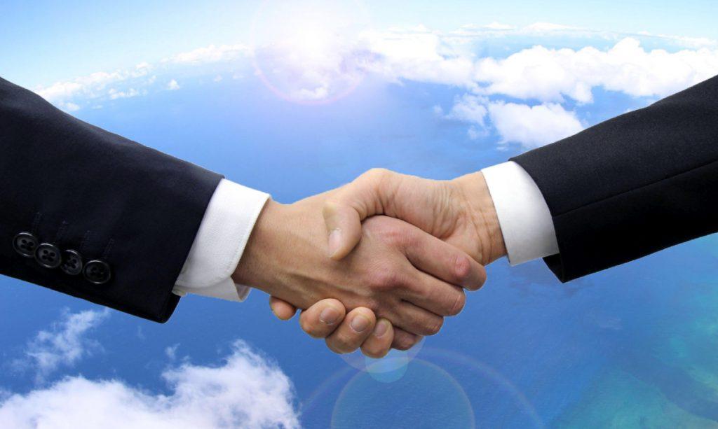 空を背景に握手を交わす手