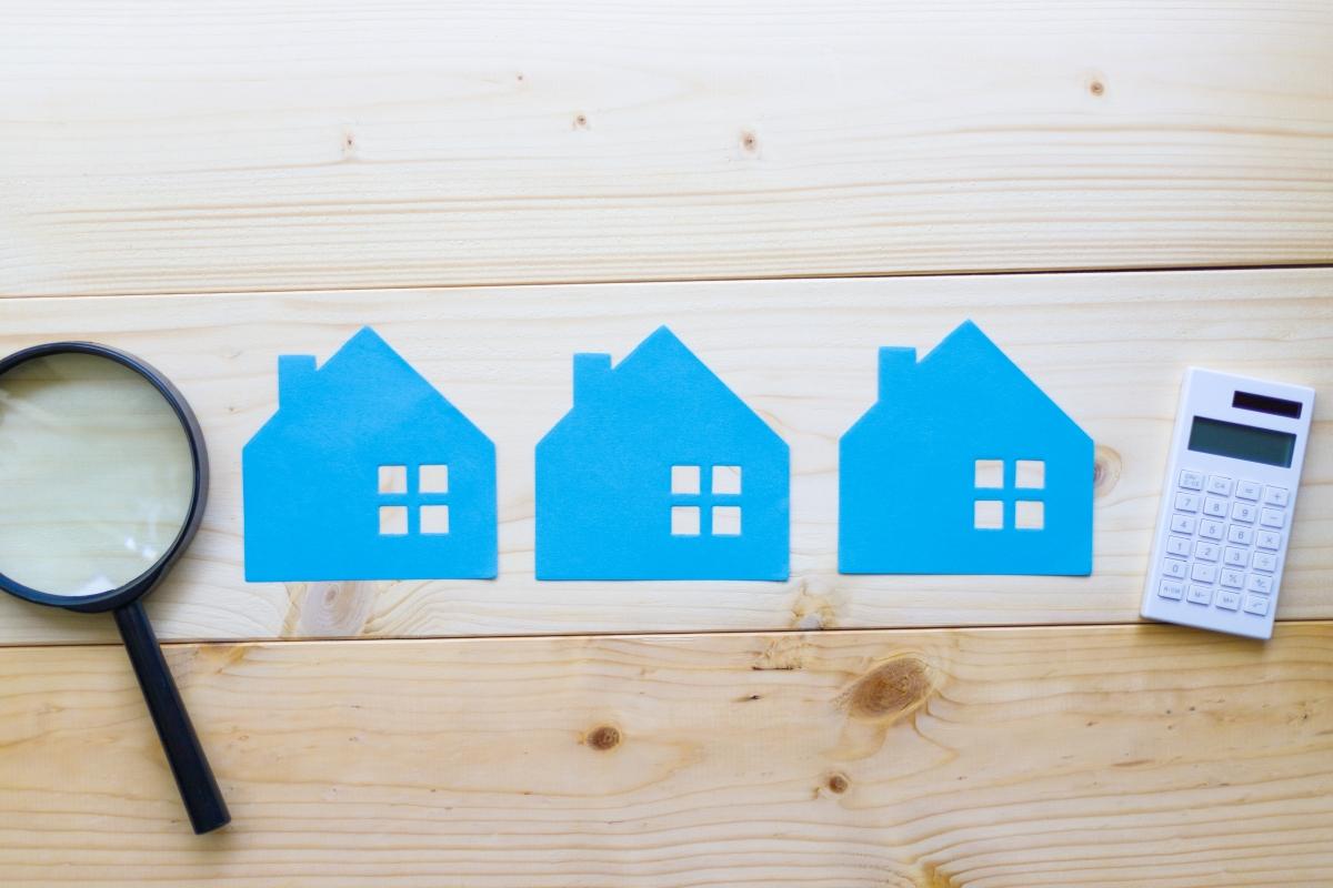 虫眼鏡と住宅の切り絵3枚と電卓