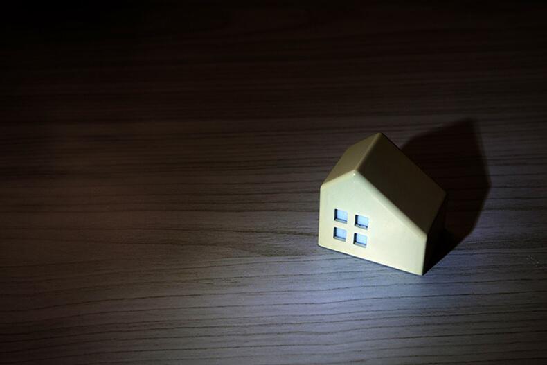 暗闇の中ほのかに浮かびあがる家の模型