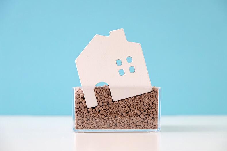 傾いた家の模型