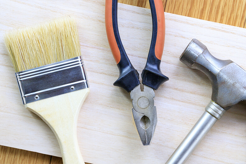 刷毛とペンチと金槌と板